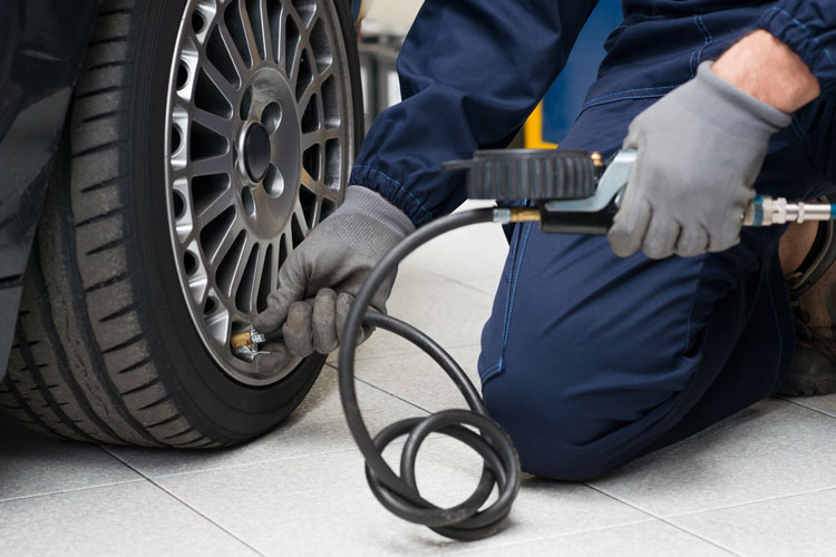 mecanico-con-rueda-vehiculo-tpms