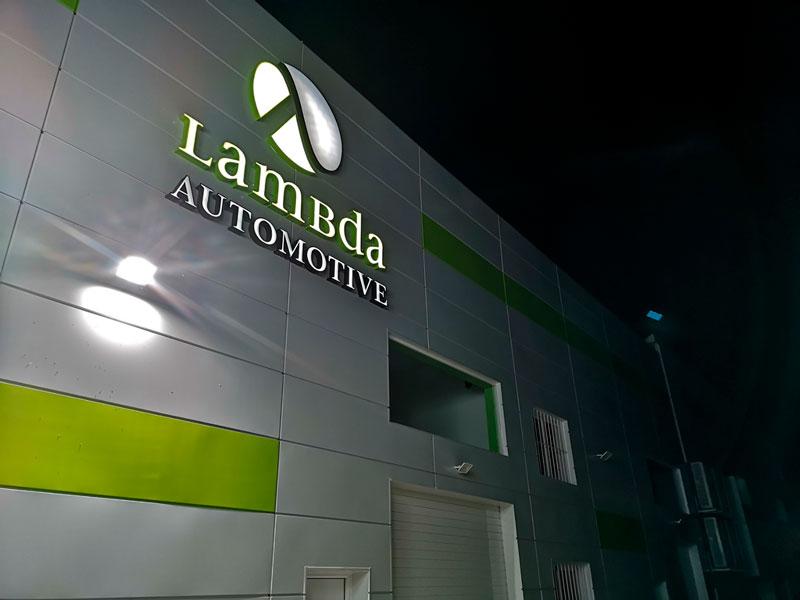 nueva-fachada-lambda-automotive-de-noche