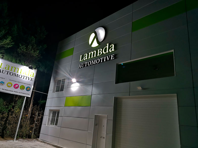 nueva-fachada-lambda-automotive-de-noche2