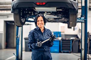 mujer-mecanica-en-taller-de-reparacion-coches